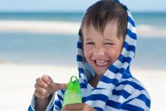 Weinig het leuke jong geitje flirten die met zeepbels in handen glimlachen, Stock Foto