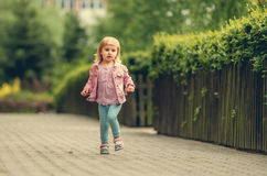 Weinig het leuke meisje lopen Stock Afbeelding
