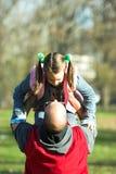 Weinig het mooie kind gelukkige lopen aan vader Royalty-vrije Stock Afbeeldingen