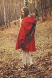 Weinig het rode het berijden kap stellen met bijl royalty-vrije stock foto