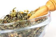 Weinig houten lepel van groene thee met kruiden Stock Afbeeldingen