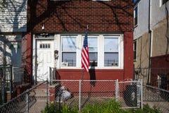 Weinig huis in Brighton met Amerikaanse vlag Royalty-vrije Stock Foto's