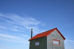 Weinig huis en blauwe hemel Stock Foto's