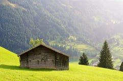 Weinig huis en groen gebied met de berg als achtergrond in de regenachtige dag Grindelwald, Zwitserland Stock Afbeelding