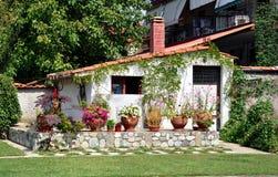 Mooi wit huis in de mediterrane tuin griekenland stock afbeeldingen afbeelding 33785384 - Eigentijds buitenkant terras ...