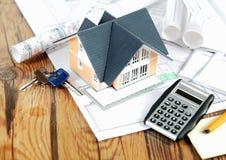 Weinig Huis op Blauwdrukken met Sleutels en Calculator Stock Afbeelding