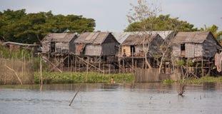 Weinig Huis op het water, een kind die met een ijzerkom vissen Royalty-vrije Stock Afbeeldingen
