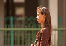 Weinig India, Singapore-2008 De zeer jonge Chinese vrouw loopt dow Stock Afbeelding