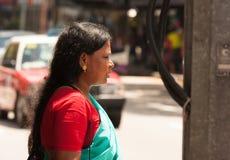 Weinig India, Singapore-2008 Portret van onbekende Hindoese vrouwengang Stock Foto's