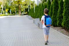 Weinig 7 jaar schooljongen die naar school gaan royalty-vrije stock foto