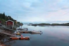 Weinig jachthaven in schemering stock fotografie