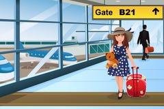 Weinig jong geitje die in de luchthaven reizen Stock Foto