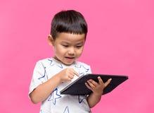Weinig jong geitje gebruikend dgital tablet stock afbeelding