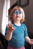 Weinig jong geitje het spelen met stuk speelgoed glazen Royalty-vrije Stock Afbeelding