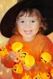 Weinig jong geitje met Halloween-decoratie Stock Afbeelding