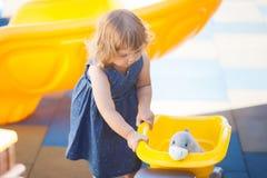 Weinig jong geitje op speelplaats, jongensspeelgoed voor meisje Stock Foto's