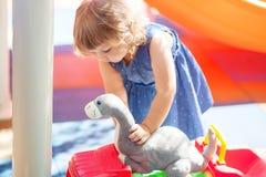 Weinig jong geitje op speelplaats, jongensspeelgoed voor meisje Stock Afbeeldingen