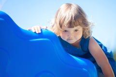 Weinig jong geitje op speelplaats, kinderen` s dia Stock Afbeelding