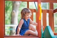 Weinig jong geitje op speelplaats, kinderen` s dia Royalty-vrije Stock Afbeeldingen