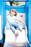 Weinig jong geitje op speelplaats, kinderen` s dia Royalty-vrije Stock Foto's