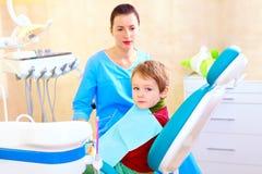 Weinig jong geitje, patiënt bij onderzoek in tandkliniek royalty-vrije stock afbeelding