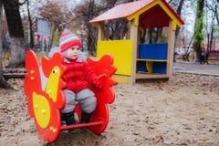 Weinig jong geitje speelt op de speelplaats in het park Royalty-vrije Stock Foto