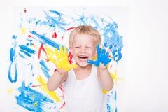 Weinig jong geitje trekt heldere kleuren school peuter Onderwijs creativiteit stock foto