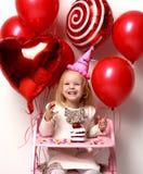 Weinig jong geitje van het babymeisje viert verjaardag met zoet cake en suikergoed royalty-vrije stock foto