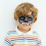Weinig jong geitjejongen met gezicht schilderde als dier Royalty-vrije Stock Foto's