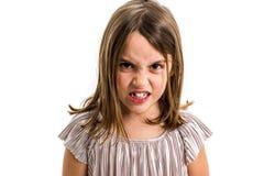 Weinig jong meisje is boos, gek, ongehoorzaam met slecht gedrag stock foto's