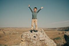 Weinig jonge Kaukasische jongen in aard, kinderjaren stock afbeelding