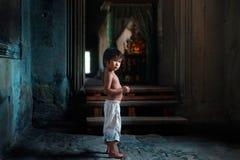 Weinig jongen in Angkor Wat Royalty-vrije Stock Foto