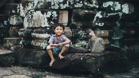Weinig jongen in Angkor Wat Stock Foto's