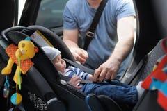 Weinig jongen in autozetel Stock Foto's