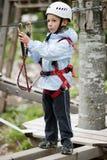 Weinig jongen in avonturenpark Stock Fotografie