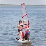 Windsurfing voor weinig royalty-vrije stock fotografie