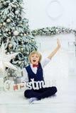 Weinig jongen begroet vakantie Het concept Kerstmis royalty-vrije stock fotografie