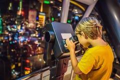 Weinig jongen bekijkt cityscape van Kuala Lumpur Panorama van Kuala Lumpur-de avond van de stadshorizon bij zonsondergangwolkenkr stock foto
