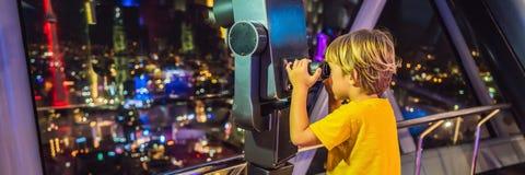 Weinig jongen bekijkt cityscape van Kuala Lumpur Panorama van Kuala Lumpur-de avond van de stadshorizon bij zonsondergangwolkenkr stock foto's