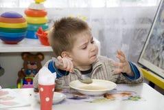 Weinig jongen bekijkt hun eigen handen Stock Foto's