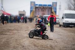 Weinig jongen berijdt zijn ATV-vierling stock foto's