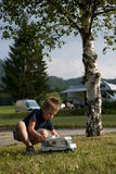 Weinig jongen bij het kamperen plaats stock afbeelding