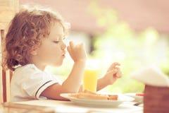 Weinig jongen bij ontbijt Royalty-vrije Stock Foto's