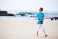 Weinig jongen bij strand Stock Afbeeldingen