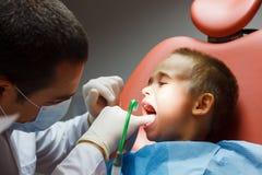 Weinig jongen bij tandarts Stock Foto
