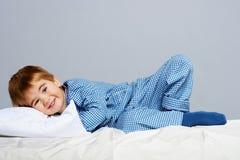 Weinig jongen in blauwe pyjama Stock Afbeeldingen