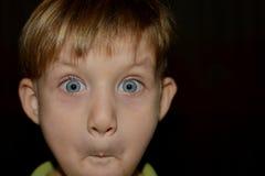 Weinig jongen is bochtig door verschillende emoties royalty-vrije stock foto's