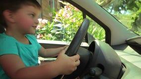 Weinig jongen in de auto stock video