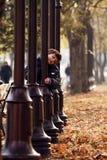 Weinig jongen in de herfstpark. Stock Afbeelding