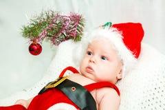 Weinig jongen in de hoed van de Kerstman Stock Fotografie